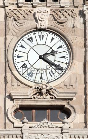 Башня с часами во дворце Долмабахче - Стамбул