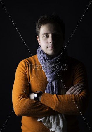 Мужчина на черном фоне