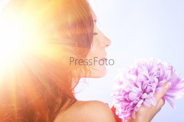 Женщина с большим цветком