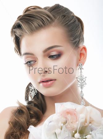 Любовь. Романтическая женщина с букетом цветов. Свежесть