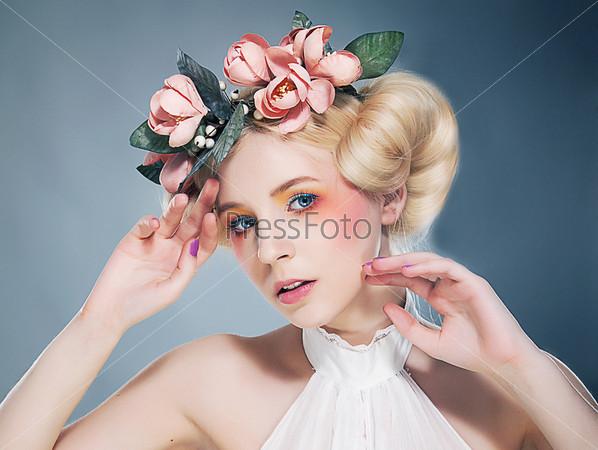 Ностальгия. Портрет романтический блондинки с венком из цветов. Эмоция