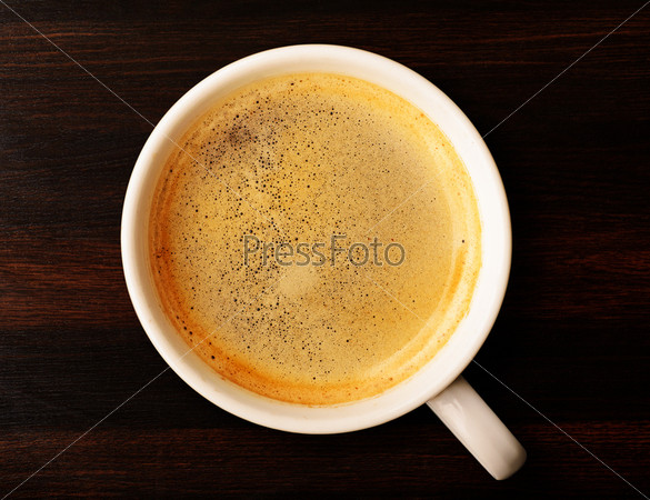 Чашка свежего кофе на столе