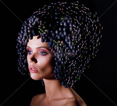 Праздник урожая. Профиль женщины с синим виноградом. Метафора