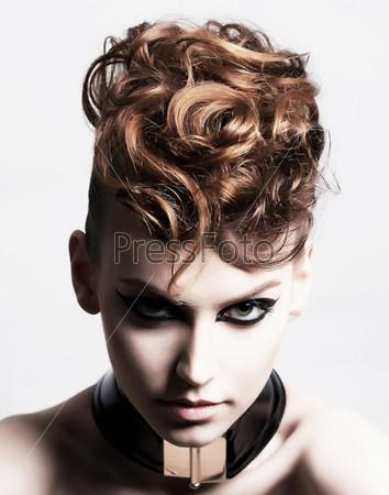 Субкультура. Лицо очаровательной модной брюнетки. Выражение