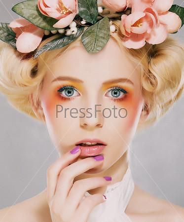 Элегантность. Естесственная белокурая невеста с розовыми цветами. Артистизм
