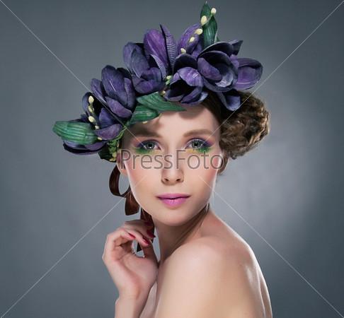 Харизма. Изысканная брюнетка с листьями и цветами. Романтика