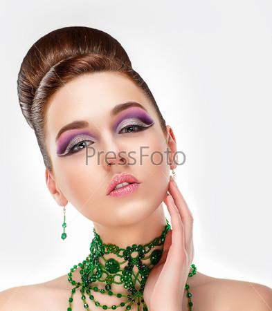 Чувственная брюнетка с ярким фиолетовым макияжем глаз и украшениями. Очарование