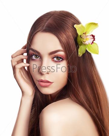 Уход за телом. Женщина с свежей орхидеей в волосах. Нежность