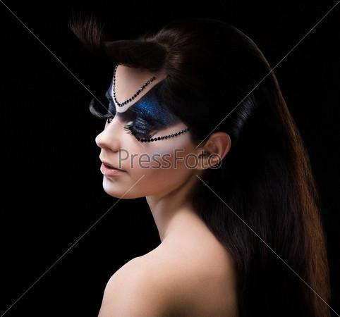 Фотография на тему Синие тени для глаз. Тушь для ресниц. Женщина с современным ярким макияжем. Фейс Арт