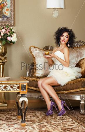 Фотография на тему Роскошная леди на диване с кофе. Классический интерьер