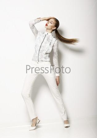Эксцентричная женщина носит современную белую одежду. Независимость