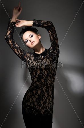 Стройность. Соблазнительная стильная женщина в черном платье