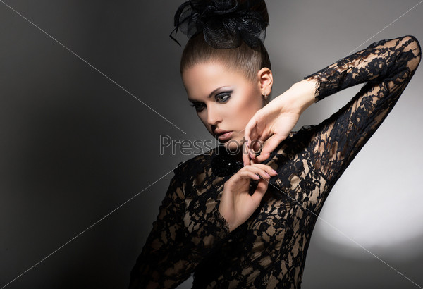 Женственность. Привлекательная женщина в черном платье