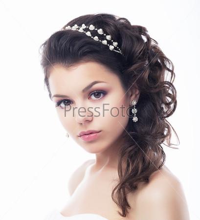 Красивое лицо богатой женщины с ювелирными изделиями. Элегантность