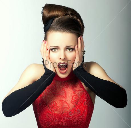 Фотография на тему Выразительные эмоции. Ошеломленное женское лицо с открытым ртом. Внимательный взгляд