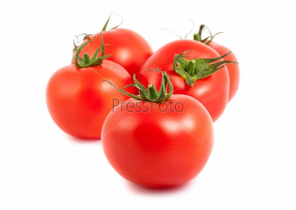 Пять спелых помидоров на белом фоне