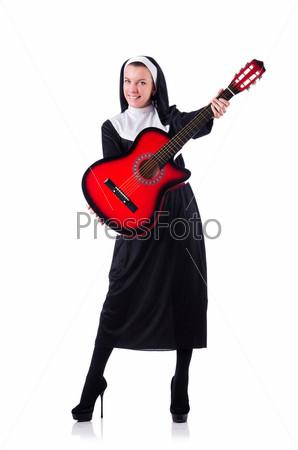 Фотография на тему Монахиня с гитарой, изолированная на белом