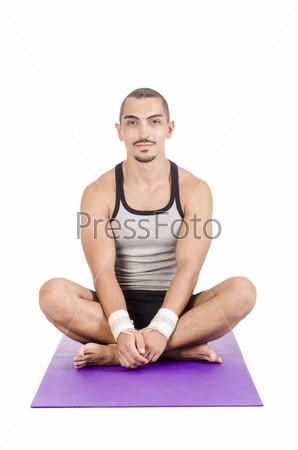 Мужчина делает упражнения на белом фоне