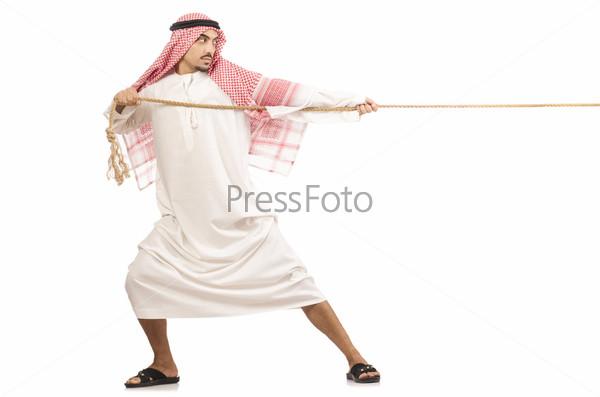 Араб перетягивает канат на белом фоне