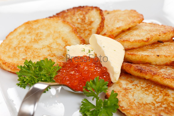 Жареные картофельные оладьи с икрой