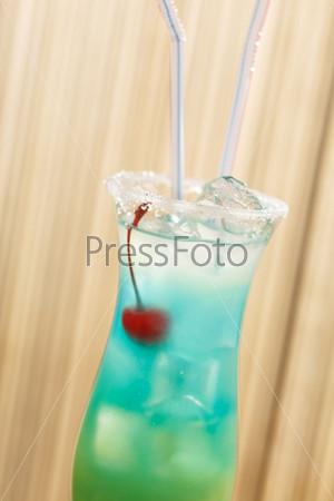 Фотография на тему Голубой коктейль с вишней