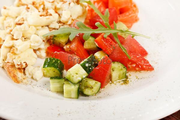 Яичница с лососем и овощами