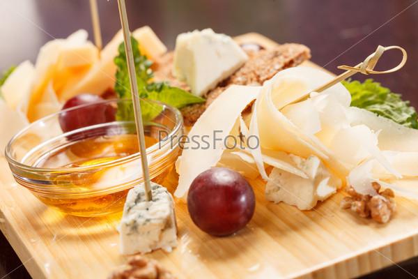 Фотография на тему Сырная тарелка с виноградом и медом