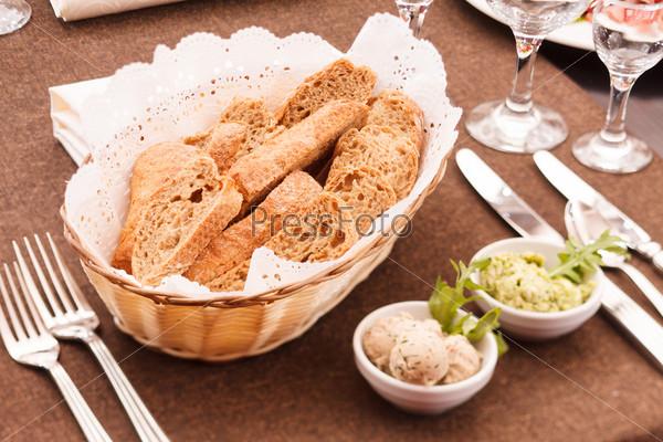 Свежий хрустящий хлеб в корзине