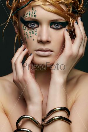 Красивая молодая женщина