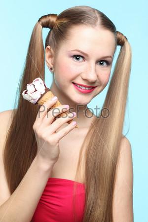 Фотография на тему Молодая женщина с мороженым