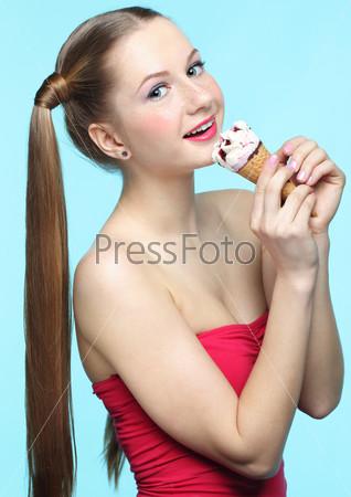 Молодая женщина с мороженым
