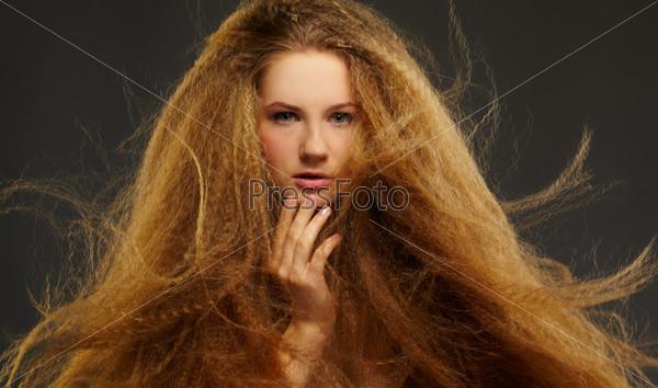 Женщина с длинными кудрявыми рыжими волосами