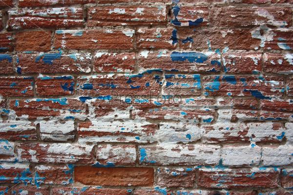 Старая обшарпанная кирпичная стена