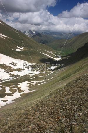 Фотография на тему Красивый горный пейзаж с облаками