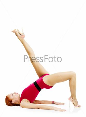 Красивая спортивная женщина  стоит на руках