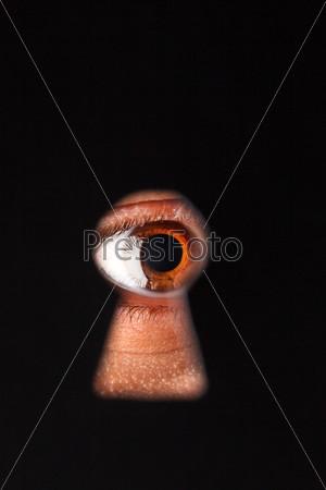 Глаз смотрит в замочную скважину