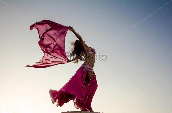 Фотография на тему Красивая девушка держит розовую ткань на ветру на фоне неба