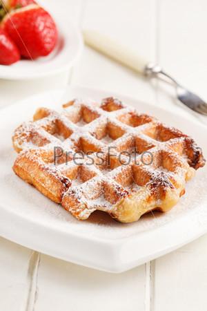Фотография на тему Бельгийские вафли с свежей клубникой