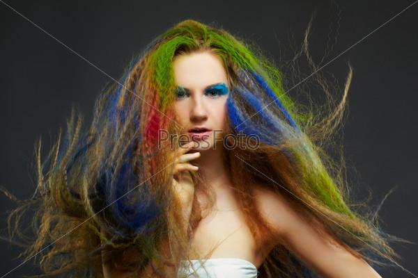 Женщина с рыжими длинными кудрявыми волосами