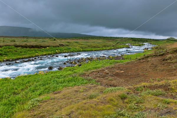 Фотография на тему Летний исландский пейзаж с бушующей рекой