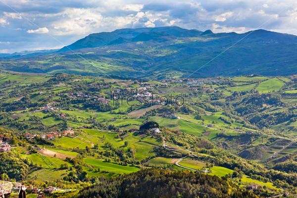 Вид с горы Титано на итальянские окрестности и море