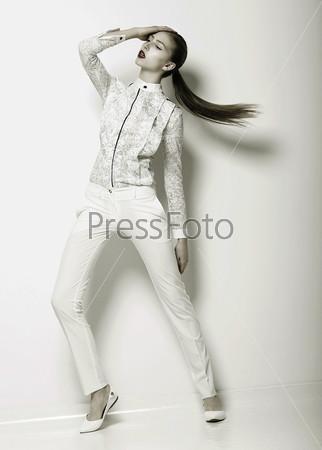 Выражение. Футуристическая женщина в белых штанах. Тренд. Серия фотографий городской моды