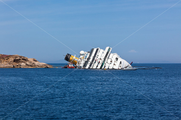 Джилио, Италия, 28 апреля 2012: круизный корабль Коста Конкордия после кораблекрушения