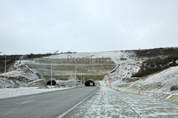 Дорога и туннель