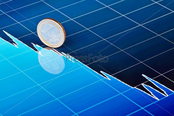 Монета 1 евро на падающем графике. Выборочный фокус