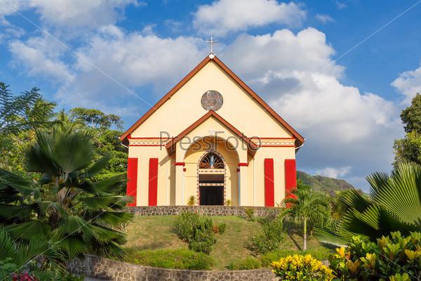 Маленькая церковь на холме в солнечный летний день
