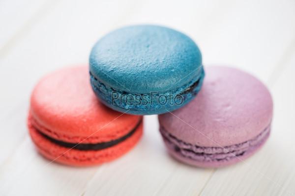 Три цветных миндальных печенья