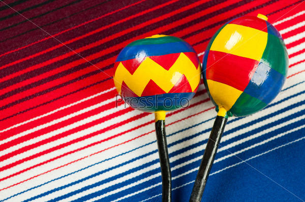 Мексиканские разноцветные маракасы и пончо, вид сверху