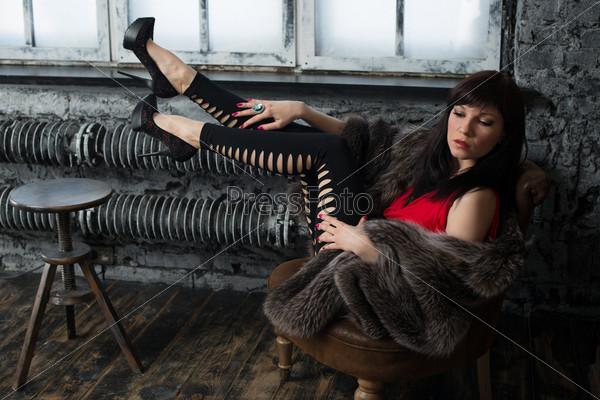 Модная женщина позирует в старинном интерьере
