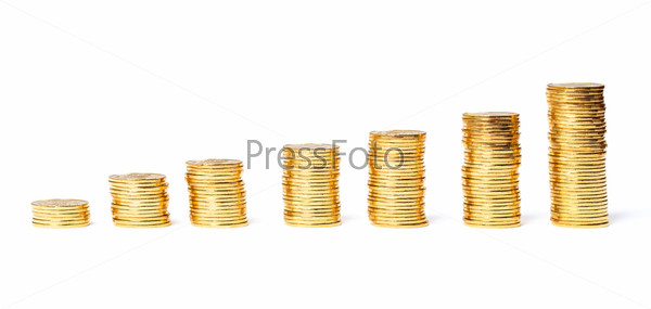 Столбики золотых монет, изолированные на белом